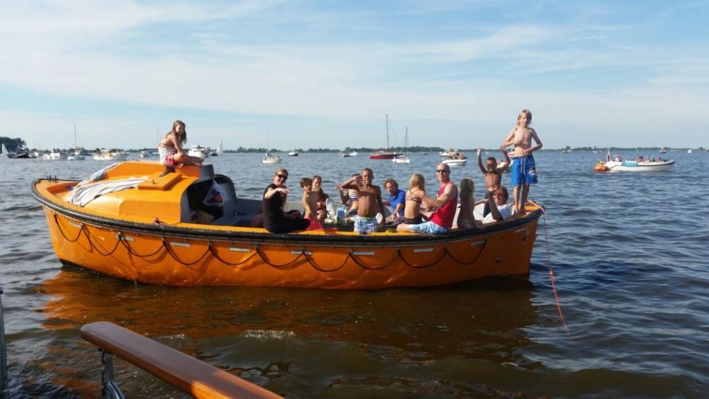 stoere reddingssloep voor een gezelschap tot 12 personen met schipper.