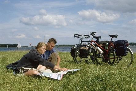 Fietsen door de weilanden van Friesland. foto: Merk Fryslan